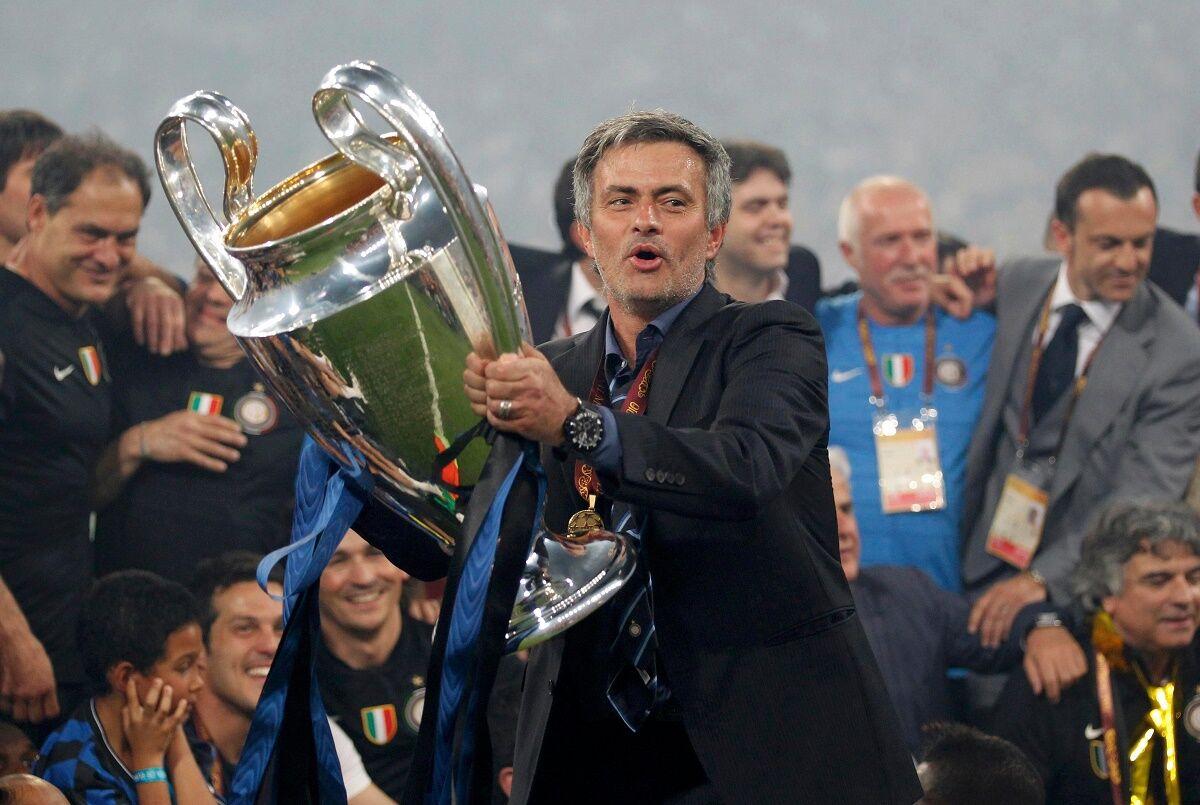 ژوزه مورینیو همراه با جام قهرمانی لیگ قهرمانان در اینتر