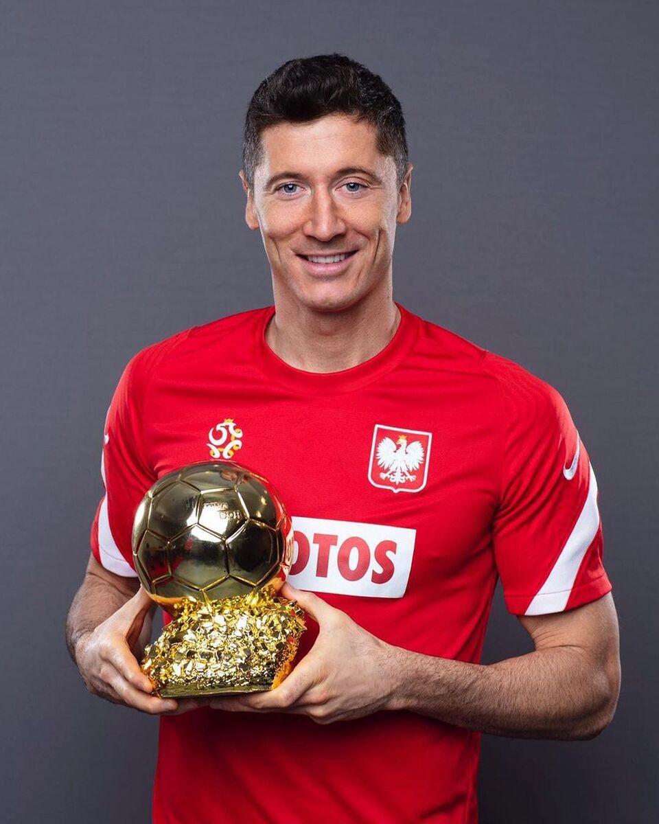 اهدای ماکت توپ طلا به لواندوفسکی