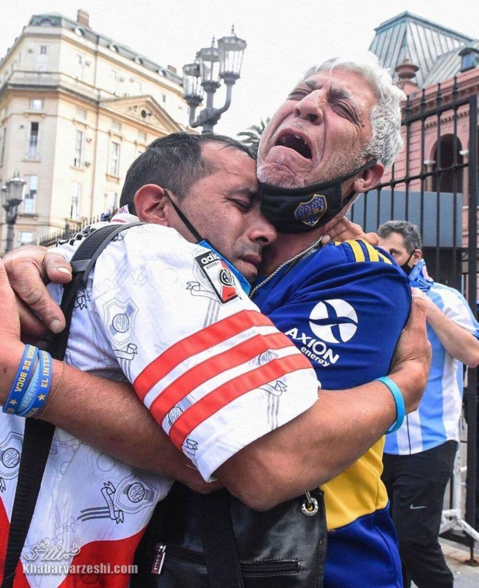 هواداران بوکاجونیورز و ریورپلاته در غم مارادونا
