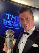 عکس| اولین سلفی روبرت لواندوفسکی با جایزه بازیکن سال فیفا