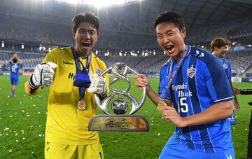 عکس| رونمایی از دو جام قهرمانی اولسان در آسیا