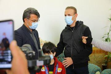عکس| یحیی گلمحمدی مدال نقره آسیا را به هوادار فقید تقدیم کرد