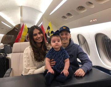 عکس| مسوت اوزیل و همسرش به ترکیه رسیدند