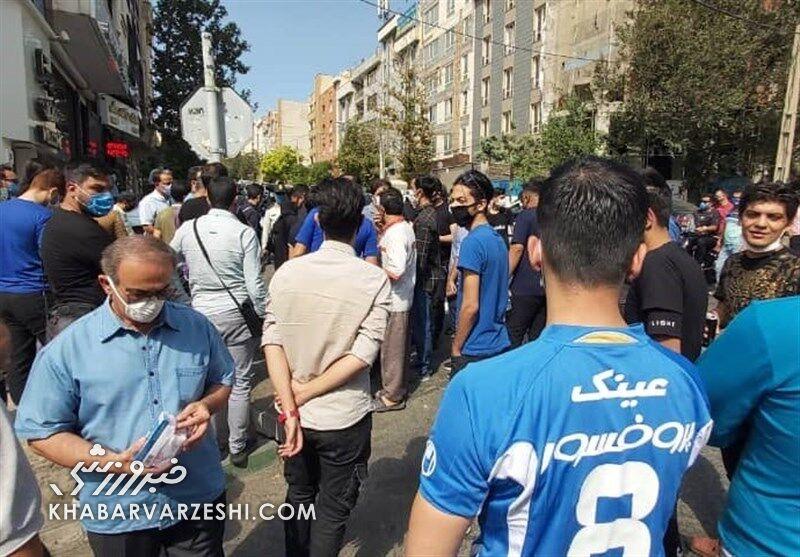 حمله هواداران استقلال به اعضای هیئت مدیره/ خودمان جواب آذری جهرمی را میدهیم!
