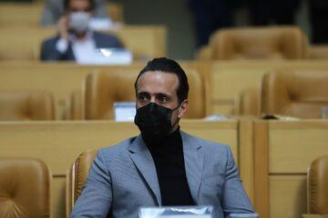 واکنش کنایهآمیز علی کریمی به طعنه معاون وزیر/ از کدوم پزشکها هستی؟