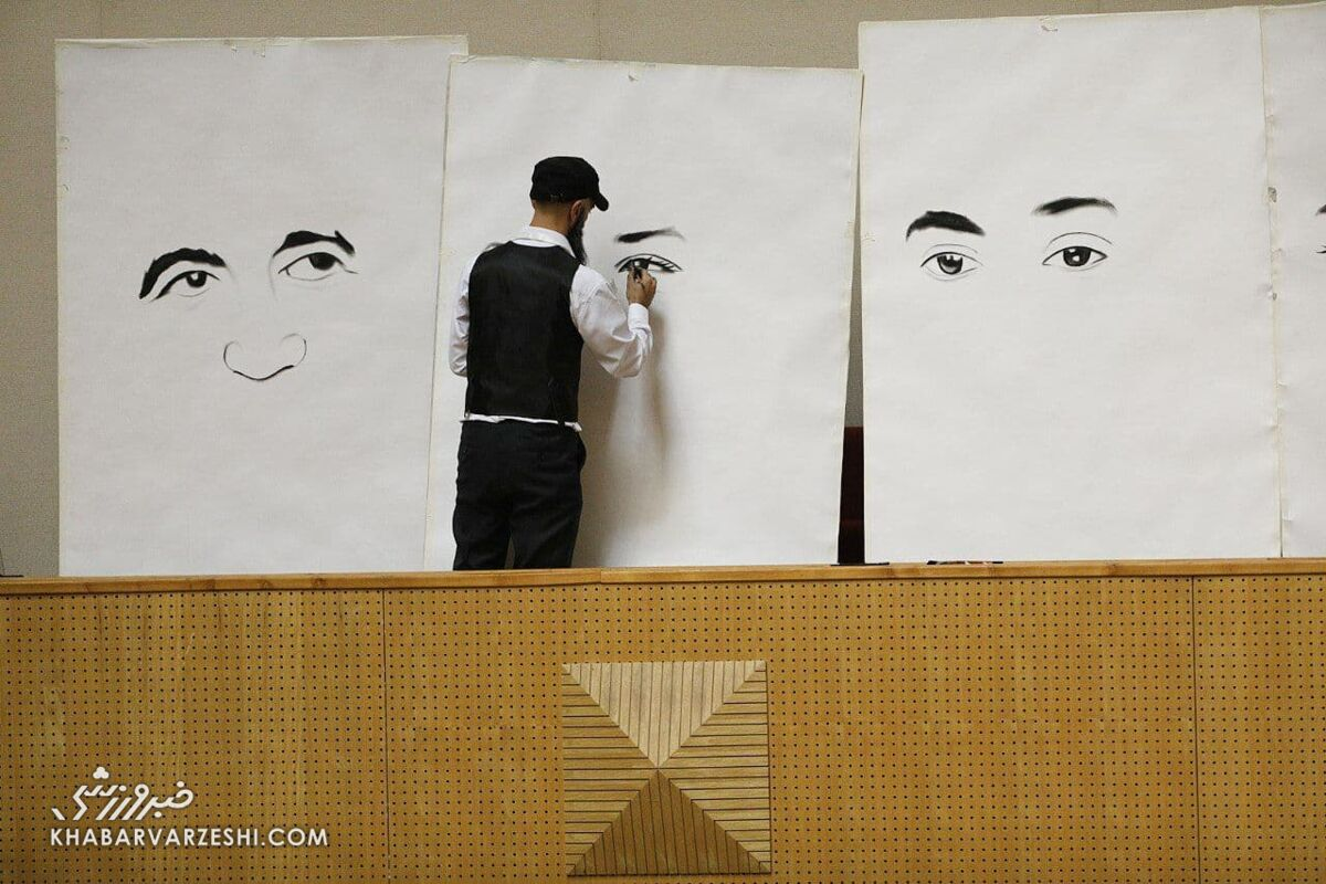 تصویر عجیب حضور یک نقاش که چهره نامزدهای ریاست فدراسیون فوتبال را میکشد