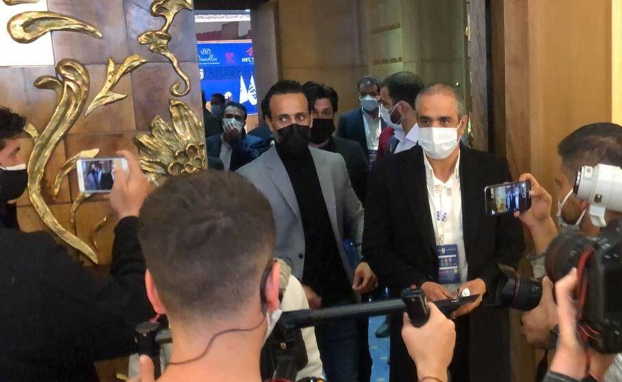 ویدیو| خروج علی کریمی از سالن رأی گیری انتخابات فدراسیون
