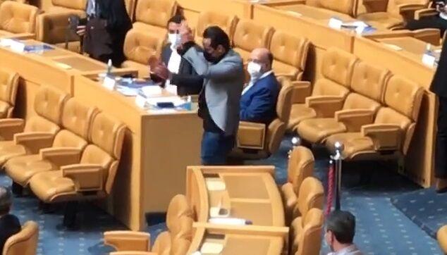 ویدیو| تشویق علی کریمی هنگام خروج از سالن انتخابات فدراسیون