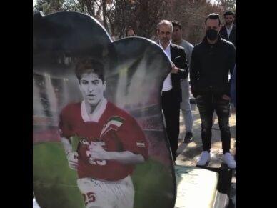 ویدیو| حضور علی کریمی و ابوالقاسمپور بر سر مزار مهرداد میناوند