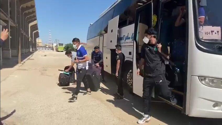 ویدیو| ورود بازیکنان صنعت نفت به ورزشگاه تختی آبادان برای دیدار با پرسپولیس