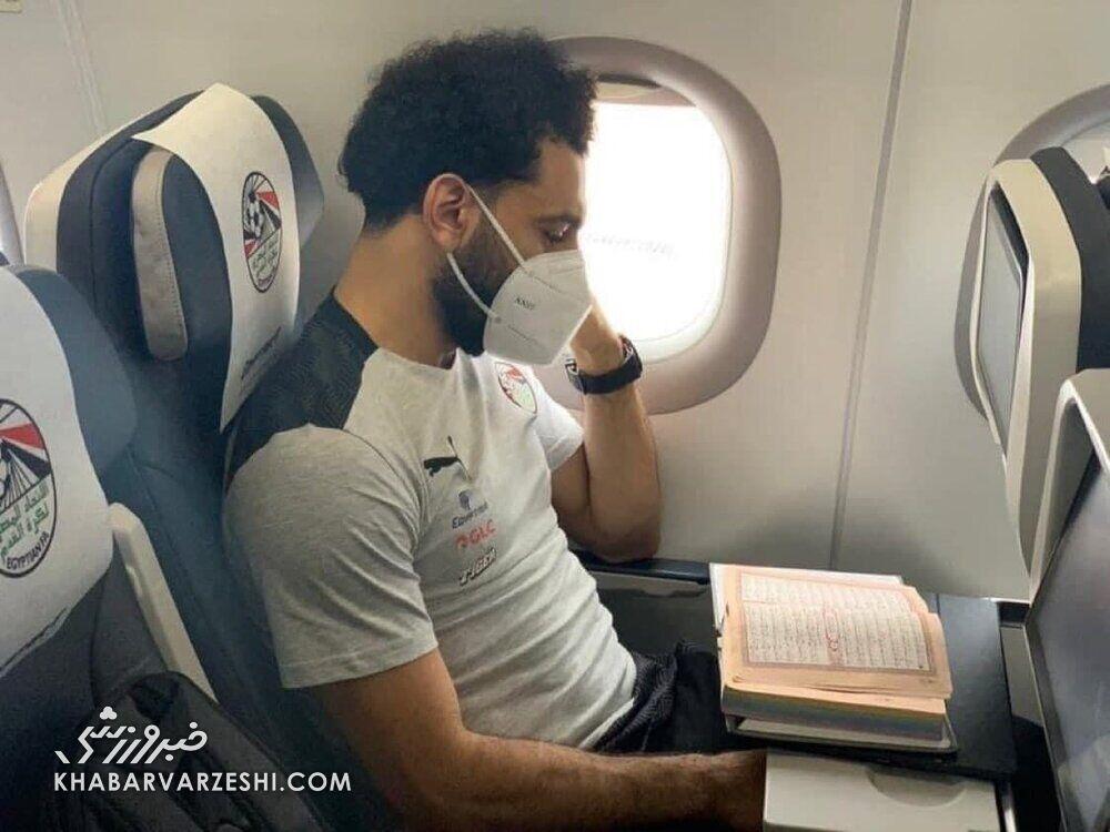 عکس| قرآن خواندن بازیکن لیورپول در هواپیما