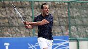ویدیو  ضربه دیدنی علی کریمی در یک مسابقه تنیس/ اینجا هم چیپ میزند!