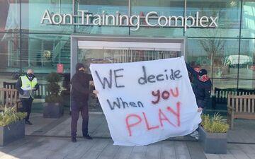 عکس| تهدید شیاطینسرخ توسط هواداران