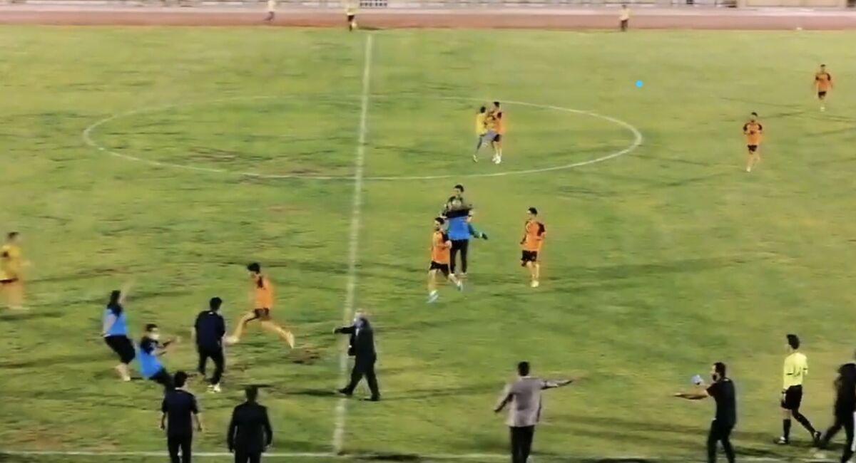 ویدیو| گل شگفت انگیز توسط دروازه بان شهید قندی یزد در لیگ دسته دو