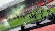 عکس| اتفاق عجیب و غیرمنتظره/ هواداران به ورزشگاه هجوم آوردند