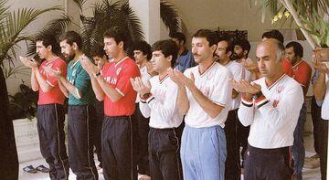 عکس| تصویری خاطره انگیز از ستارههای تیم ملی در صف نماز