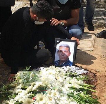 تصویری غم انگیز از محسن مسلمان بر سر مزار پدرش