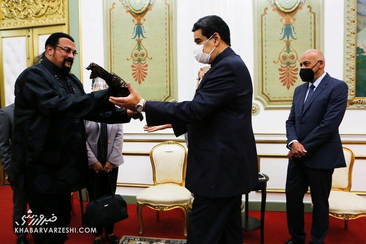 استیون سیگال و نیکولاس مادورو