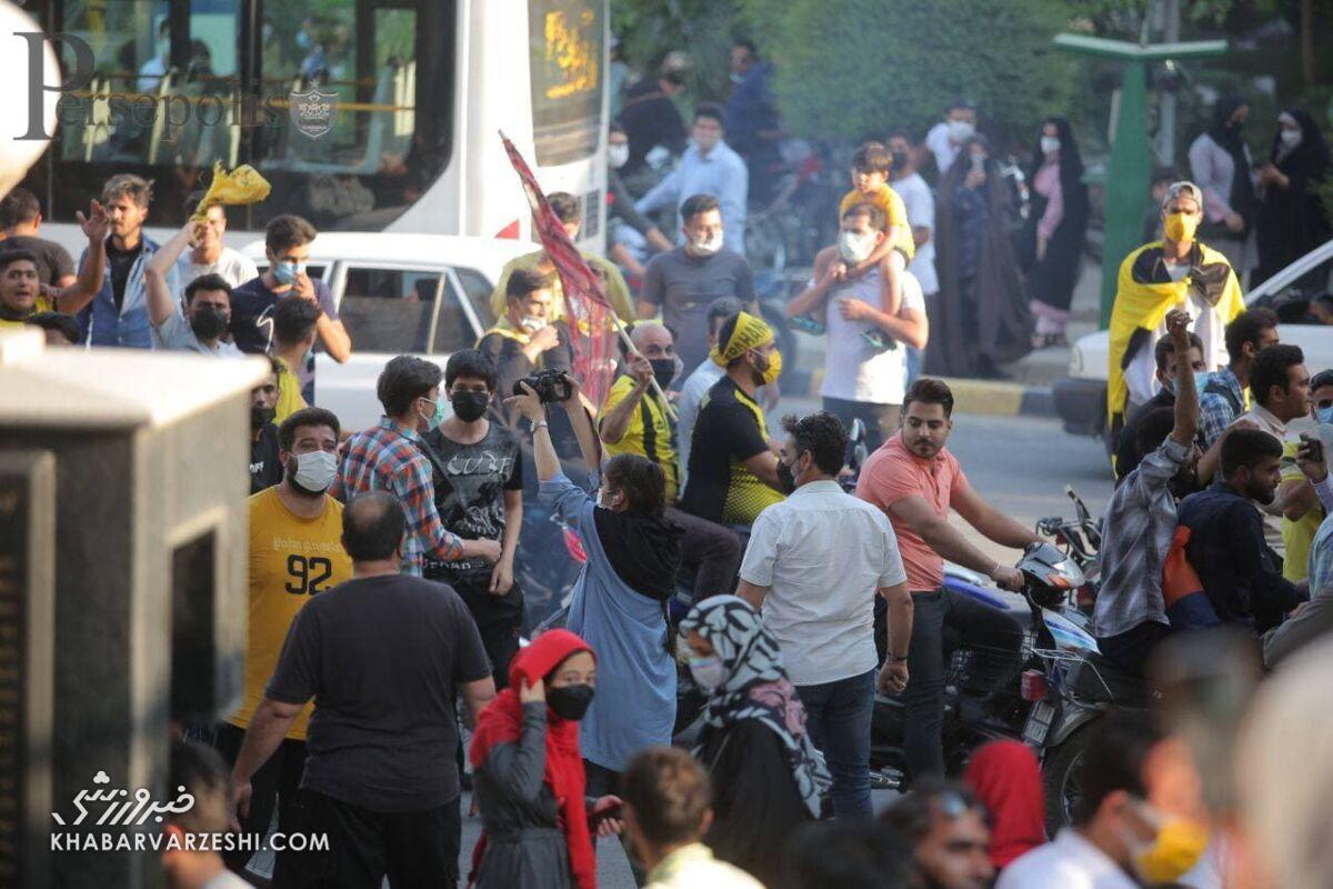 تصاویر| جنجال و درگیری هواداران سپاهان و پرسپولیس/ شعارهای تند علیه بازیکنان پرسپولیس