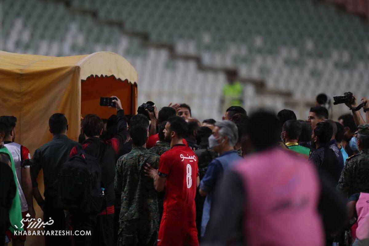 عکس  درگیری شدید بازیکنان سپاهان و پرسپولیس در پایان بازی/ درگیری تا ورودی رختکن