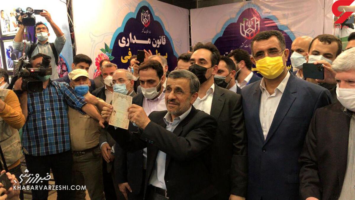 عکس  احمدینژاد برای انتخابات ثبت نام کرد/ سیاستمداری که ریاست فدراسیون فوتبال را هم میخواست!