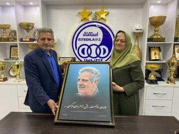 عکس  حضور همسر مرحوم منصور پورحیدری در آکادمی استقلال