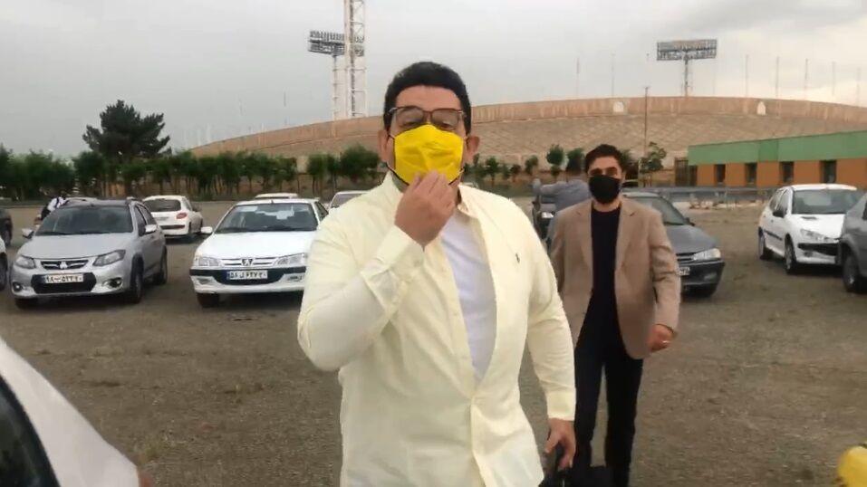 ویدیو| حواشی ورود گزارشگر دربی با ماسک زرد به ورزشگاه