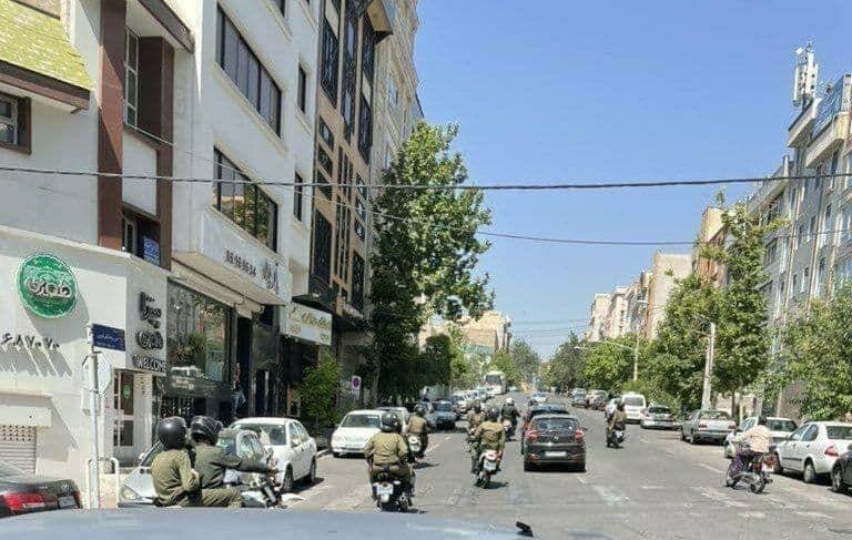 عکس| یگان ویژه مانع تجمع هواداران استقلال شد/ هواداران به نزدیکی رستوران منصوریان رفتند