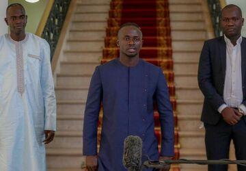 تصاویری از ملاقات ویژه ستاره فوتبال و آقای رئیسجمهور/ پای احداث بیمارستان در میان است