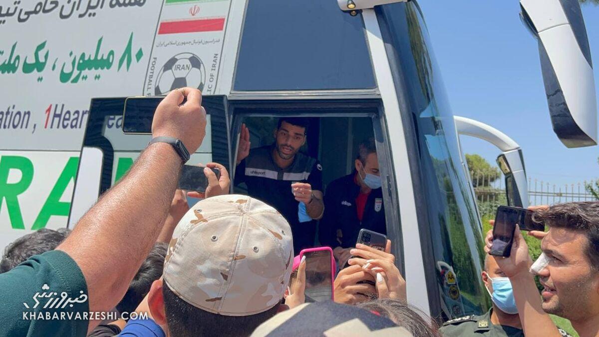 عکس| ملیپوشان با اسکورت فرودگاه را ترک کردند/ هوادار طارمی برنامه تیم را مختل کرد