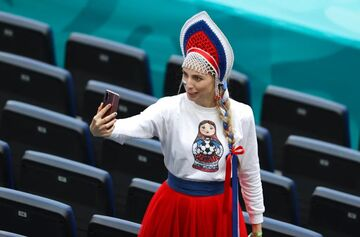 گزارش تصویری| دختر هوادار روسیه با ماتروشکا!/ هواداران ایتالیا و ولز روی ابرها در میان تکههای پنیر سوئیسی