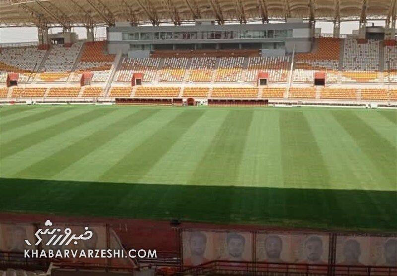 عکس  زمین چمن ورزشگاه شهدای فولاد احیا شد