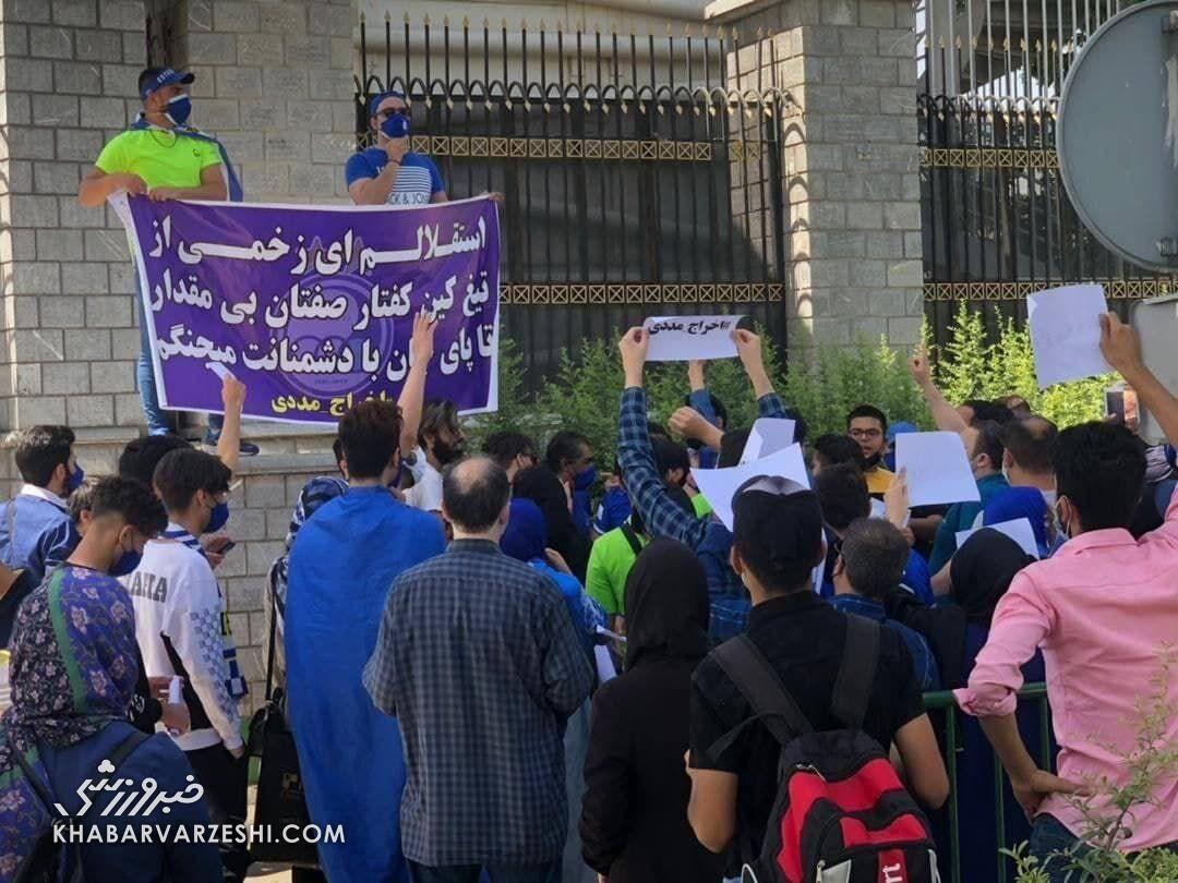 عکس| تجمع جمعی از هواداران استقلال مقابل مجلس/ درخواست آبیها از پارلمان