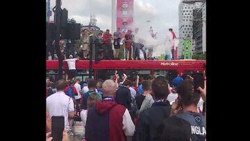 ویدیو  اتوبوس شهری لندن تسلیم هواداران پرشور انگلیس
