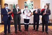 در محل سفارت و با حضور مسئولان ورزش ایران اتفاق افتاد/ پرداخت پاداش ۱۰ هزار دلاری جواد فروغی