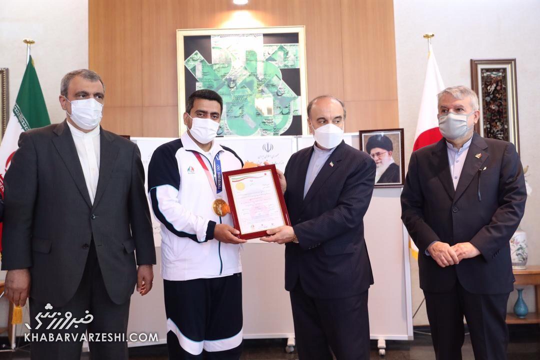 در محل سفارت ایران و با حضور مسئولین ورزش ایران/ پاداش پای سکوی جواد فروغی پرداخت شد