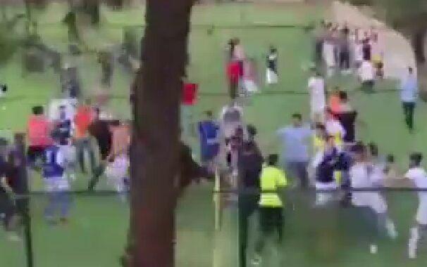 ویدیو  زد و خورد عجیب در لیگ امید فوتبال کرج!