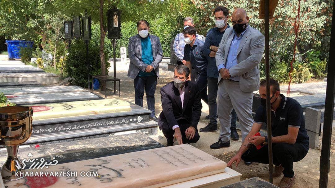 ویدیو| عکس یادگاری یحیی گل محمدی با جام قهرمانی بر سر مزار مهرداد میناوند