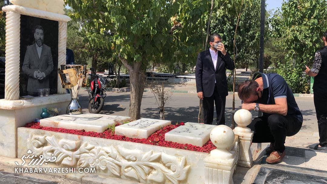 ببینید| اشکهای یحیی گل محمدی بر سر مزار انصاریان
