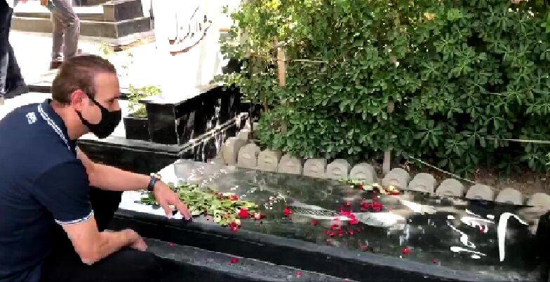 ویدیو  حضور یحیی گل محمدی بر سر مزار مرحوم ناصر حجازی