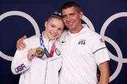 تصویری احساسی که در المپیک ثبت شد/ اهدای مدال دختر به پدر