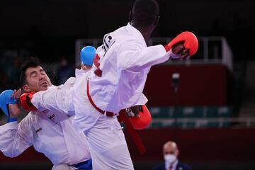تصاویر لحظه تلخ بیهوش شدن گنجزاده/ حرکت غیرورزشی کاراتهکای سعودی را ببینید/ سومین طلای ایران اینگونه به دست آمد