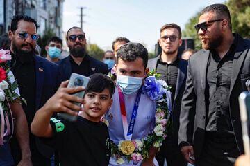 عکس  بادیگاردها قهرمان المپیک توکیو را در تهران محاصره کردند!