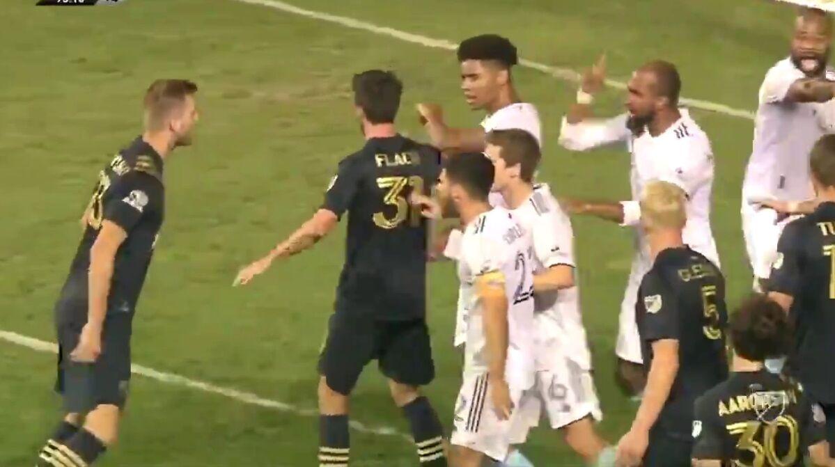 ببینید  عجیبترین ترفند برای وقت کشی در فوتبال/ بزن بزن شد!
