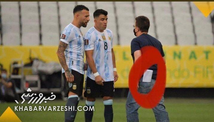 تصاویر جنجالیترین برزیل - آرژانتین تاریخ/ پلیس با اسلحه به دنبال ۴ آرژانتینی در وسط زمین!/ فرمان خشمگین مسی؛ دستور عجیب تیته/ فیفا بیانیه داد