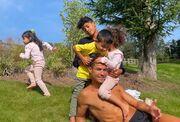 تصویری از فرزندان رونالدو با لباس فرم مدرسه/ زندگی انگلیسی آغاز میشود
