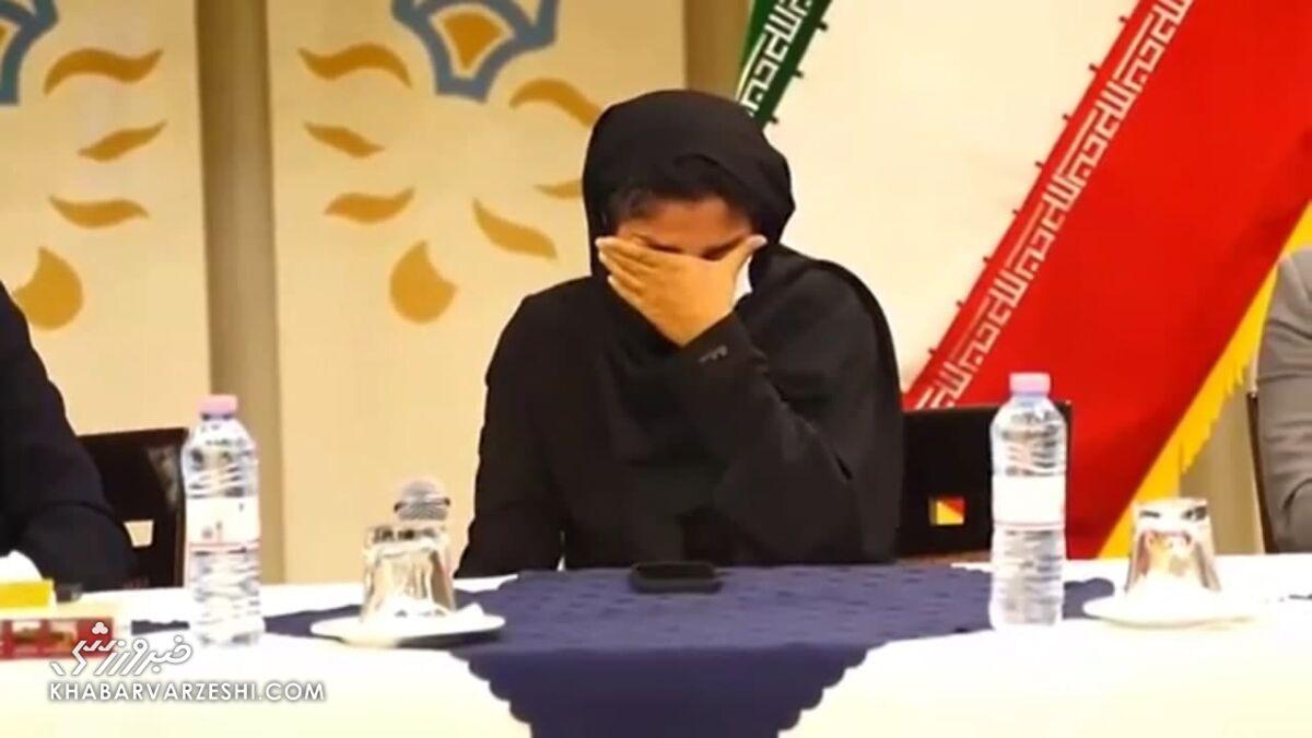 عکس| نشست احساسی پرافتخارترین مربی فوتبال ایران/ اشک مربی شهرداری بم درآمد