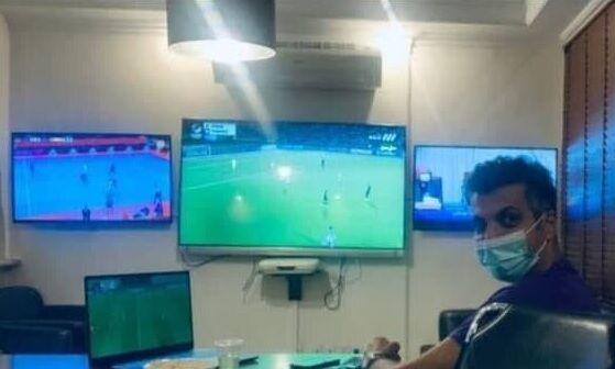 تصویر صحنهای عجیب از عادل فردوسیپور در حال تماشای بازی پرسپولیس