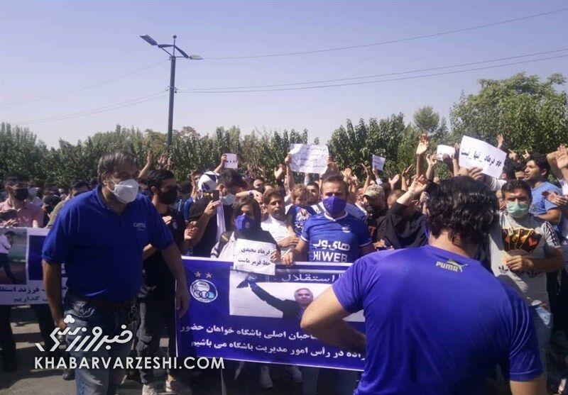 تجمع دوباره هواداران استقلال مقابل وزارت ورزش/ حمایت از مجیدی و شعار علیه مدیران
