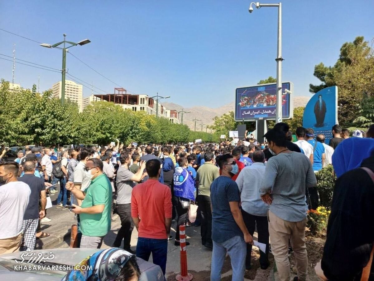 تصاویر پلاکاردهای استقلالیهای معترض؛ تجمع مقابل وزارت ورزش/ شعار علیه ۳ نفر؛ حمایت از ۲ نفر